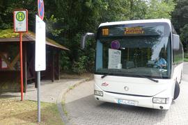 Bus steht an einer Haltestelle beim Klinikum in Langensteinbach