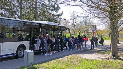 Viel los in den Bussen: Bei einigen Fahrten des Schülerverkehrs, wie hier am Schulzentrum Horbachpark im März 2020, herrscht großer Andrang. Zur Entlastung bietet der KVV jetzt mehr Fahrten an.