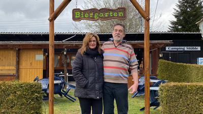 Elke und Peter Meffert würden gerne wieder Gäste im Biergarten des Campingstüble begrüßen.
