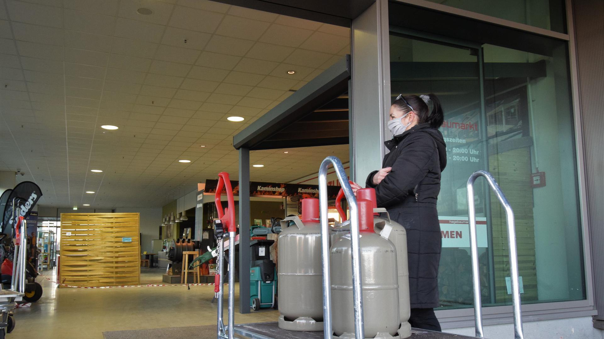 Warten am Eingang: Gabriele Kunz aus Bruchhausen will ihre Gasflaschen im Hagebaumarkt Ettlingen wieder auffüllen lassen.