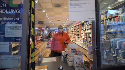 Guten Mutes: Für Sylvia Donath von der Thalia Buchhandlung in Ettlingen ist das Geschäft mit der Abholung von Büchern ganz gut angelaufen.