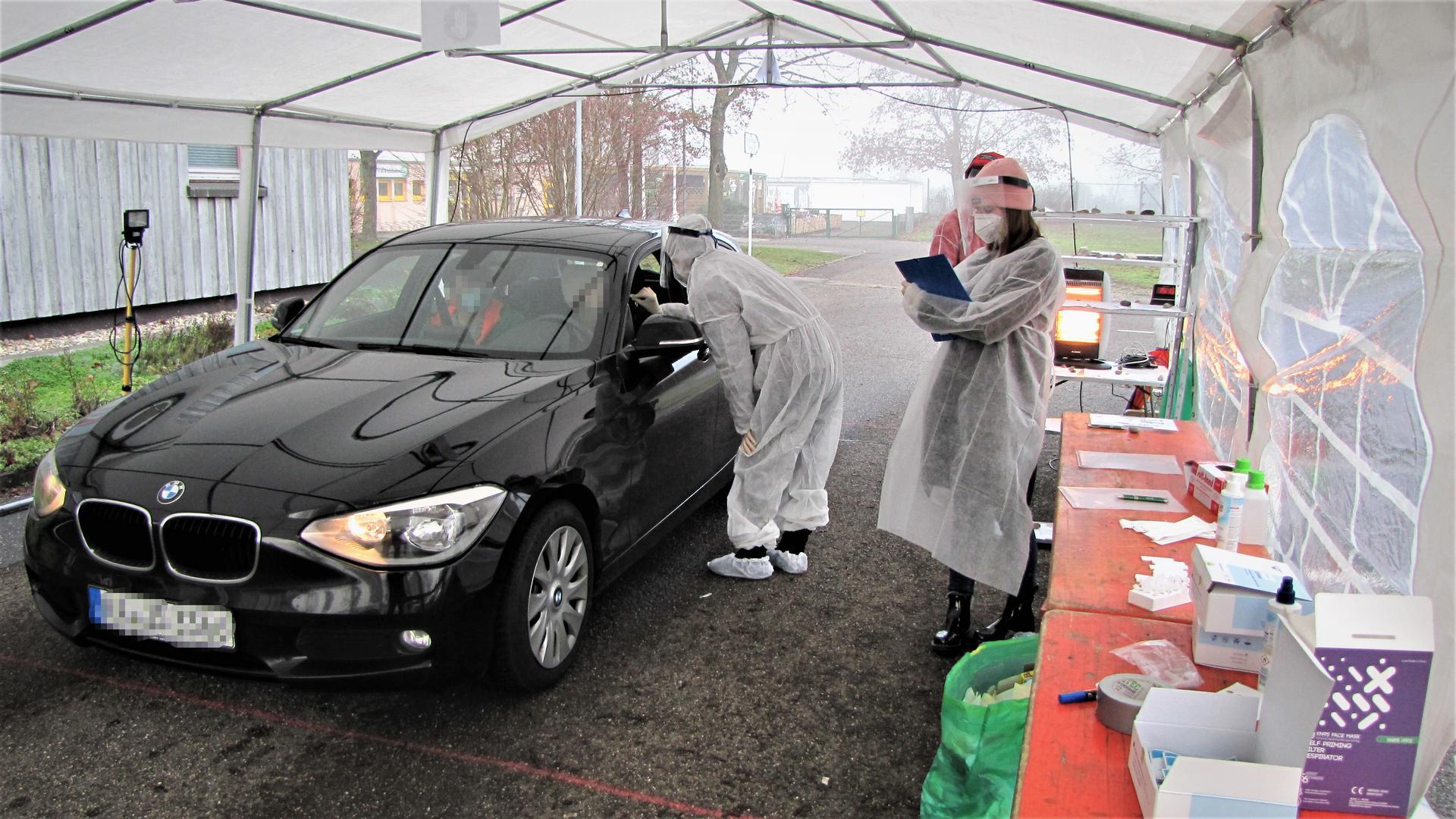 Im Testzelt: Immer nur ein Auto fährt für einen Corona-Schnelltest in Bruchhausen vor, wo sich geschultes Fachpersonal um die Testwilligen kümmert.