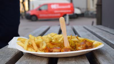 Imbiss: Currywurst mit Pommes gibt es am Ettlinger Bratwurststand.