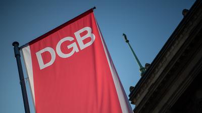 Die Fahne des Deutschen Gewerkschaftsbundes (DGB) weht vor einem Haus.