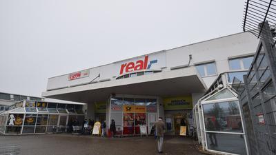 Wird zu Kaufland: Der Real-Markt in der Ettlinger Zehnwiesenstraße. Am 1. und 2. Februar wird er für den Übergang geschlossen, am 3. Februar öffnet er unter neuem Namen.