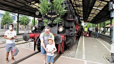 Louis und sein Patenonkel Marco Saile bewundern die 100 Jahre alte Lok 58 311 ebenso wie links von ihnen Nabil Schanze.