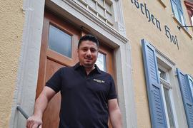 """Deniz Cinoglu (40) ist Geschäftsführer des Badischen Hofs in Ettlingen. Außerdem gehört ihm das """"Aposto"""" in Karlsruhe."""