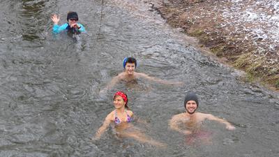 Menschen baden in einem Fluss
