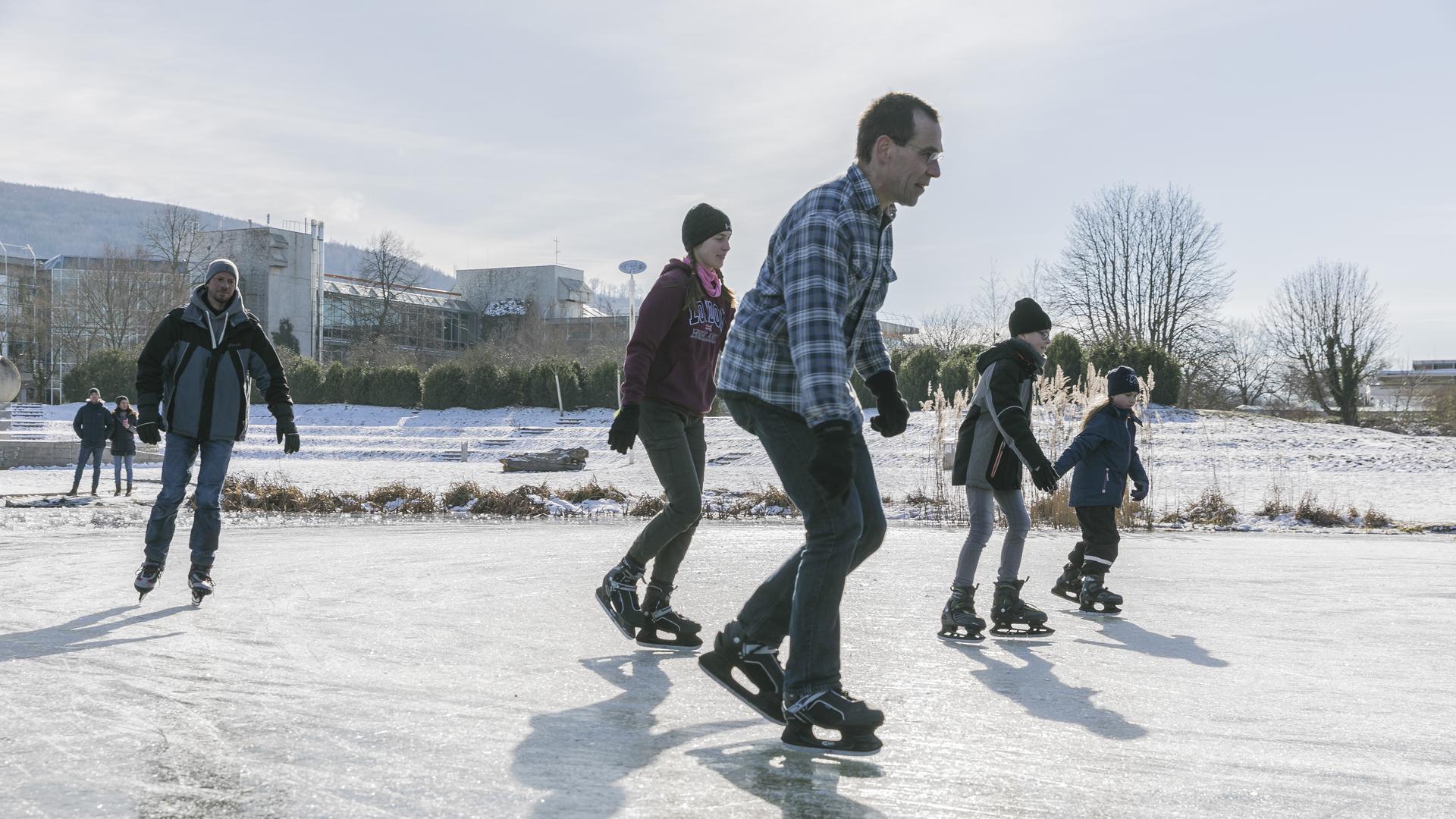 Wintervergnügen für die ganze Familie: Schlittschuhläufer und viele Spaziergänger zog es am Sonntagnachmittag in den Ettlinger Horbachpark.
