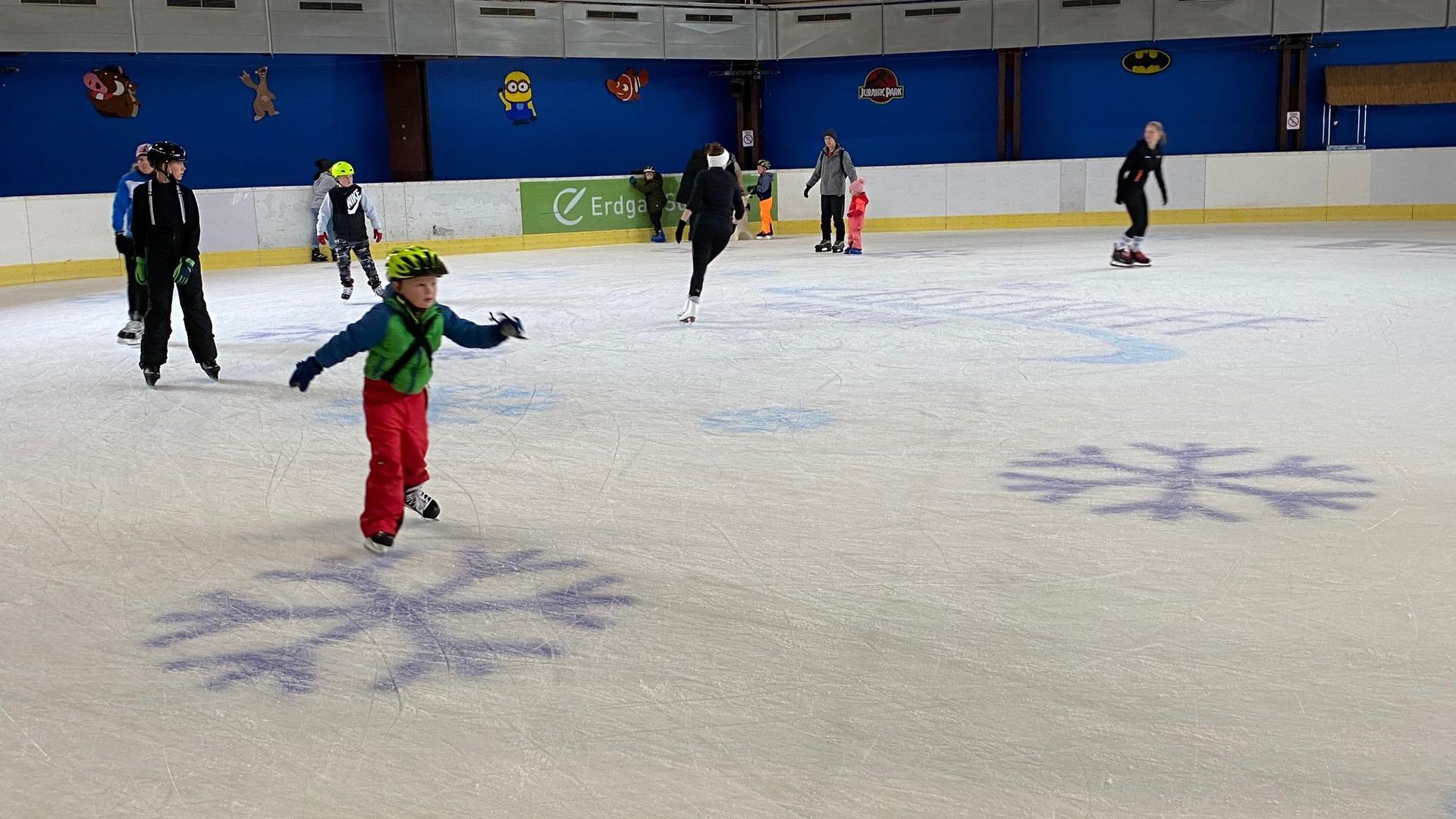 Eisläufer in der Halle des Eistreffs Waldbronn