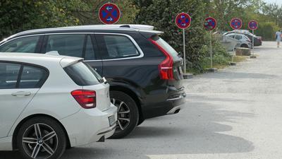 Autos und Halteverbotsschild