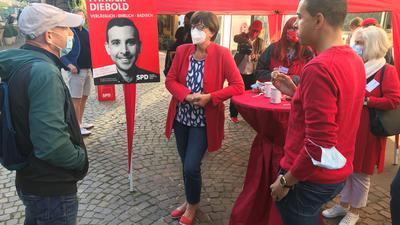 Im Gespräch: SPD-Co-Chefin Saskia Esken (Mitte) und der Ettlinger Bundestagskandidat Patrick Diebold )rechts) stellen sich auf dem Rathausplatz den Fragen der Passanten.