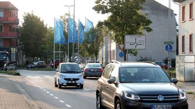 Mehrere Autos fahren auf einer Straße