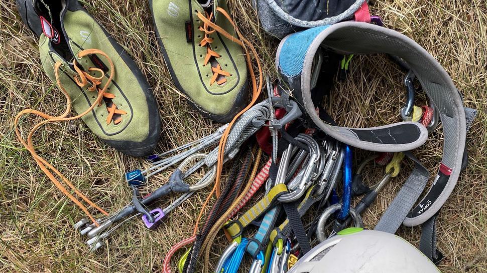 Kletterschuhe, Seil, Helm und andere Kletterutensilien
