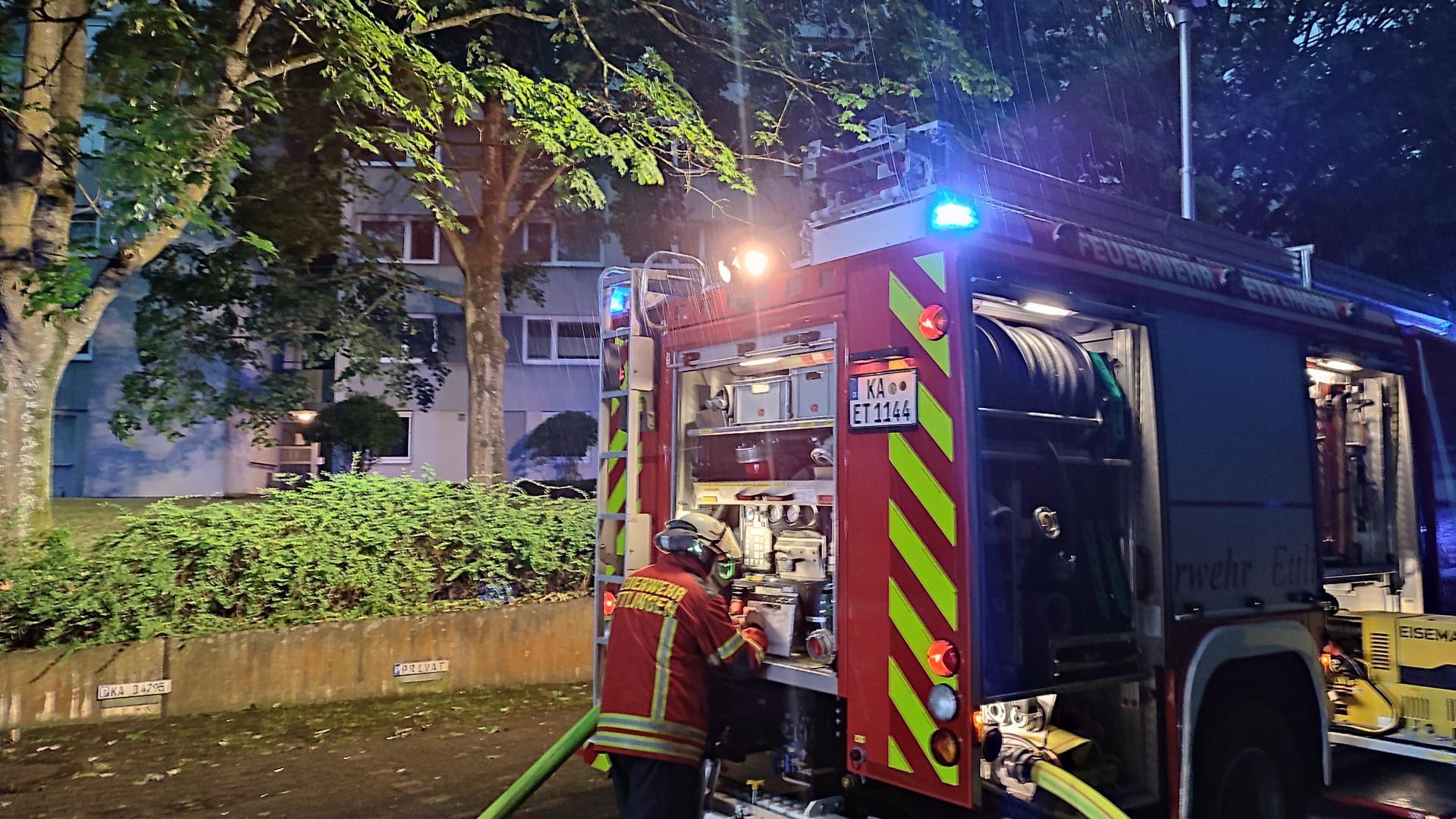 Wegen des Feuers in einem Ettlinger Hochhaus mussten vier Stockwerke vorübergehend evakuiert werden.