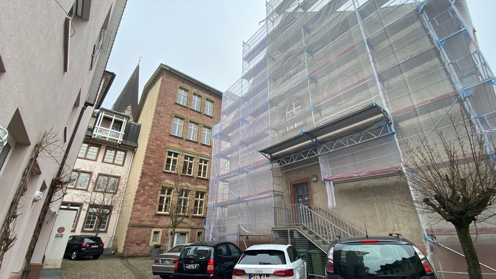 Früher Kirche, inzwischen Finanzamt: Die ehemalige St. Erhard Kirche wird heute vom Finanzamt Ettlingen genutzt. Die Fassade wird saniert, Fenster sind schon  ausgetauscht.