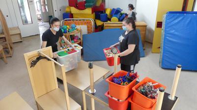 Leute beim Packen im Kindergarten