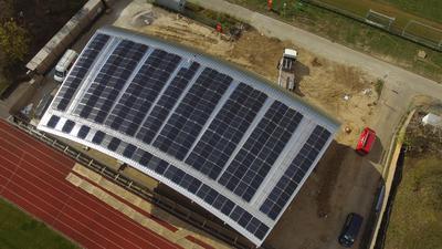 Gebäudedach mit Fotovoltaik