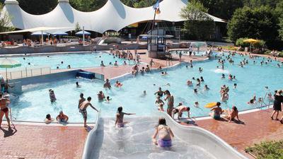 Mehr Platz im Becken als in früheren Jahren: Das Waldbad in Schöllbronn hat eigentlich Platz für 2.500 Badegäste. In diesem Sommer durften 900 Personen, verteilt auf drei Zeitfenster, in das Freibad.
