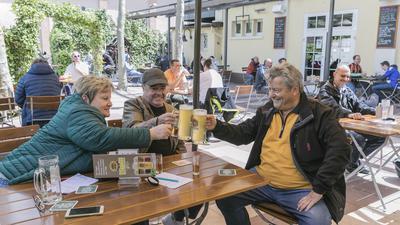Auf ein Bier ins Vogelbräu: Karin- und Hermann Ott und Dieter Westermann (von links) dürfen seit fast sieben Monaten mal wieder anstoßen.