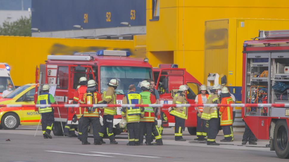 Mehrere Feuerwehrfahrzeuge stehen vor dem Gebäude eines Logistik-Dienstleisters.