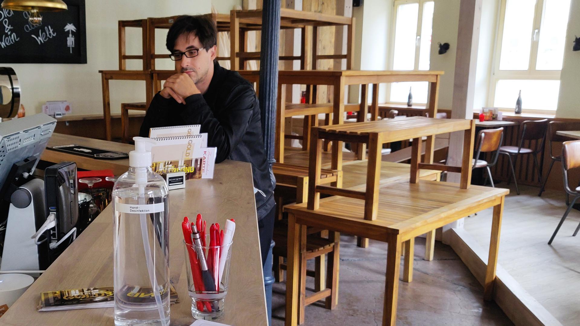"""Trotz Desinfektionsmittel und Besucherlisten: Gastronomische Betriebe wie die Ettlinger Weinbar """"Goldblond"""" mussten im November ihre Pforten schließen. Geschäftsführer Florian Amann rechnet nicht damit, dass sich das bald ändert."""