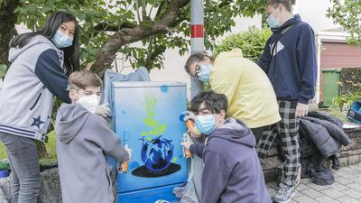 Jugendliche beim Graffiti-Sprühen