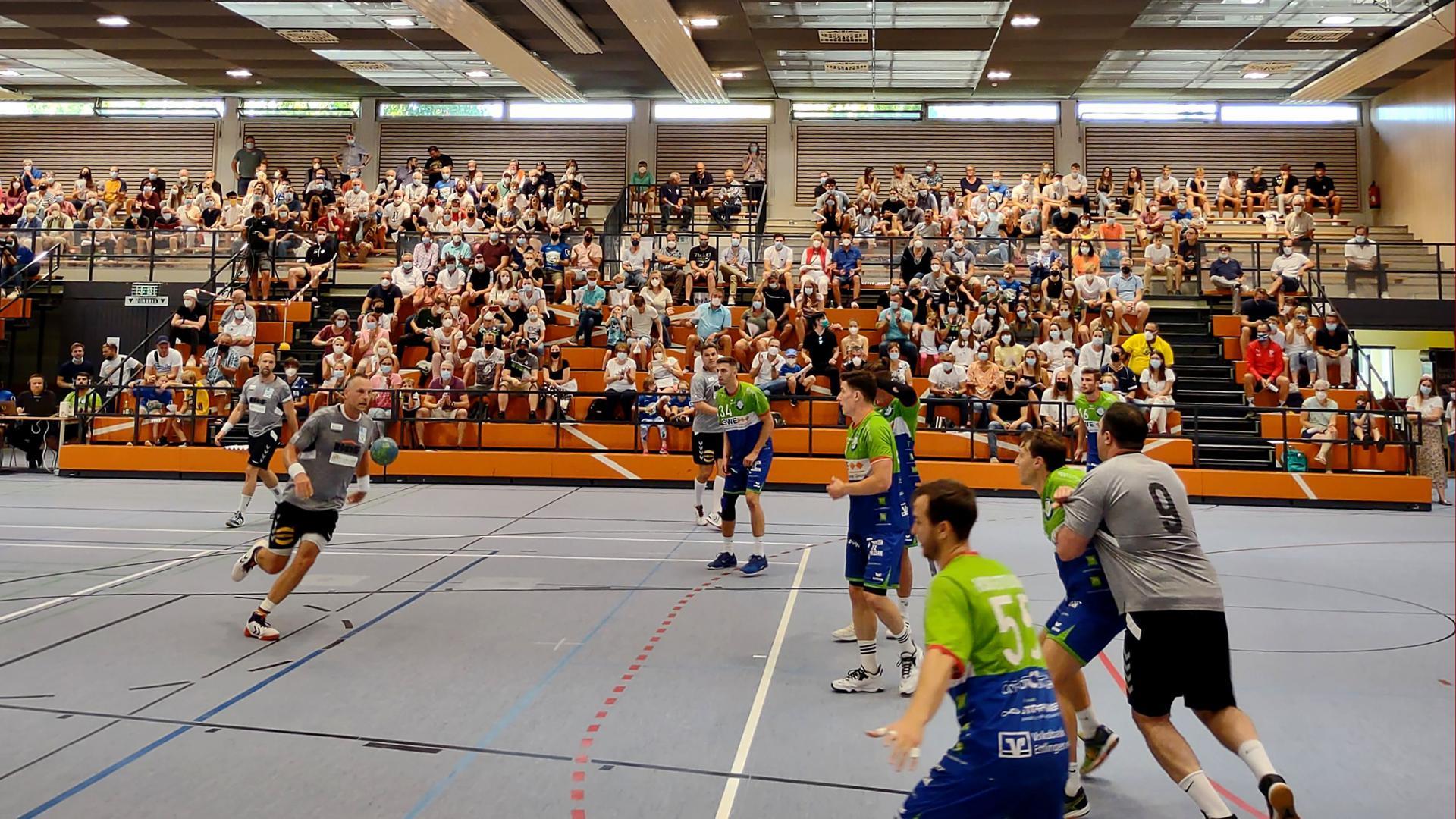 """Endlich mal wieder live: Für Begeisterung sorgten die Handball-All-Stars in der Franz-Kühn-Halle. Im Vordergrund leitet """"Blacky"""" Schwarzer einen Angriff ein."""