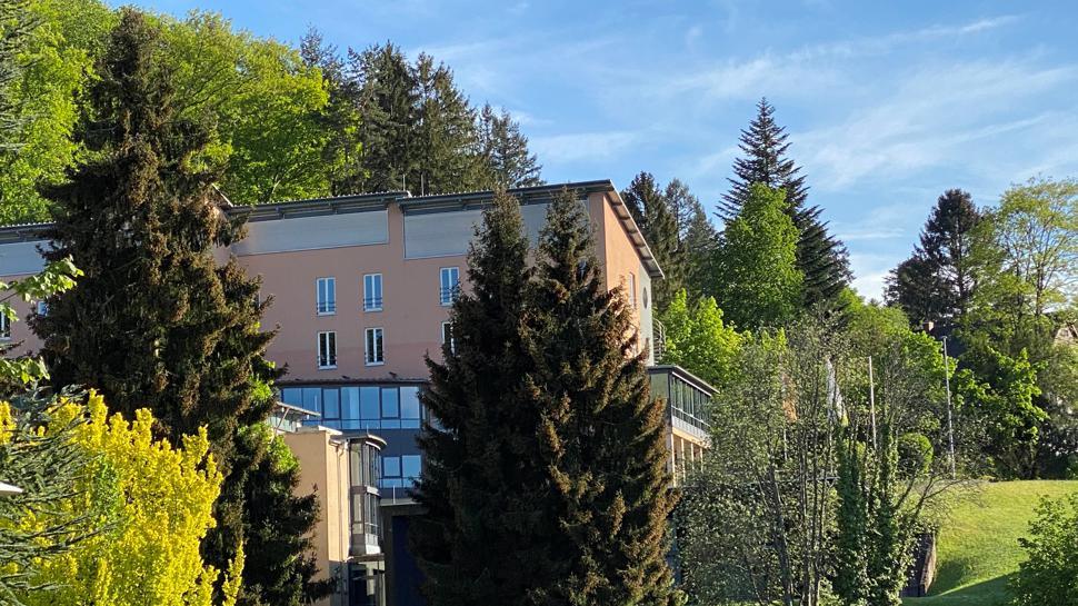 Das Haus der Kirche ist die Nachfolgerin des früheren Erholungsheimes Charlottenhöhe in Bad Herrenalb.