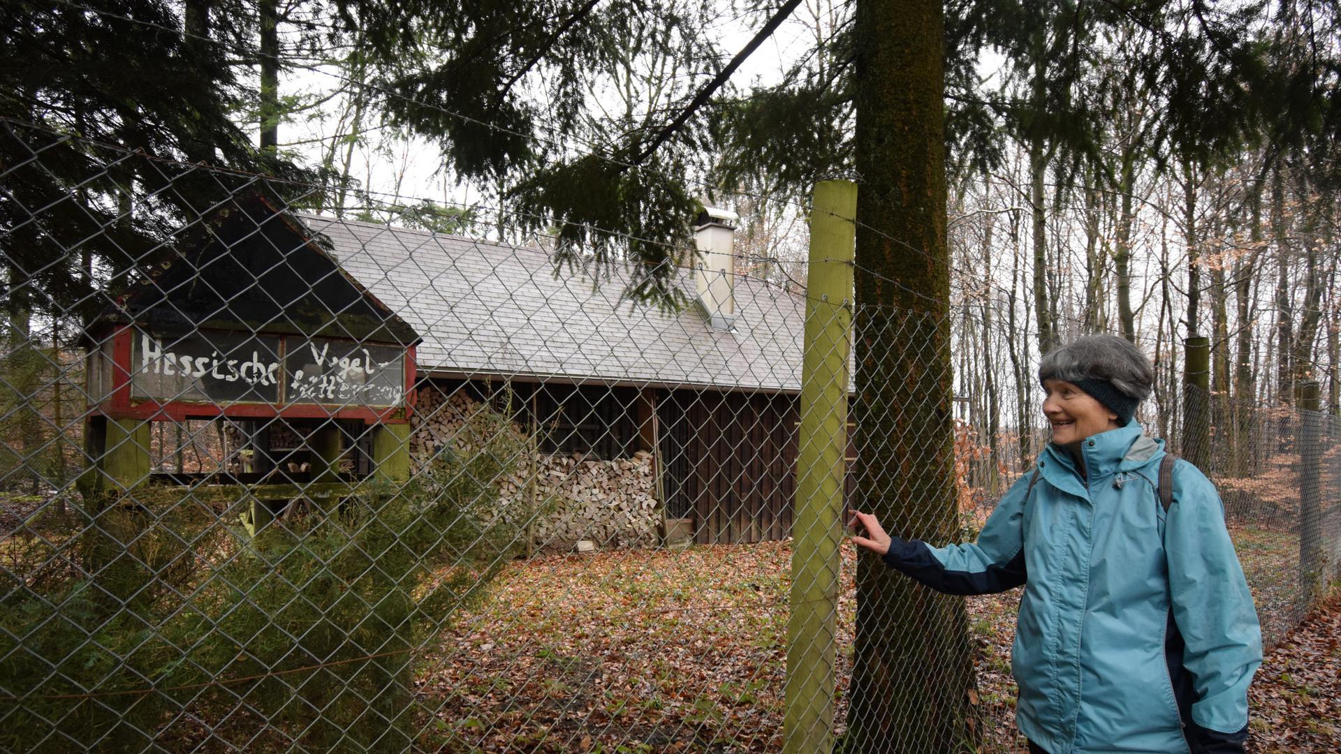 """BNN-Leserin Gaby Weber steht neben der Futterstelle mit der Aufschrift """"Hessische Vogelfütterung"""" an der Kreuzelberghütte im Ettlinger Wald."""