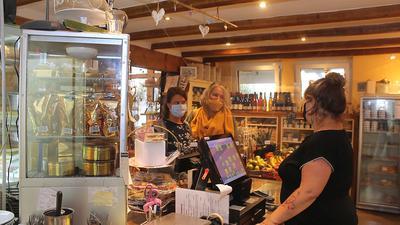 Zwei Kundinnen im Scheunenladen auf dem Geflügelhof Denniger