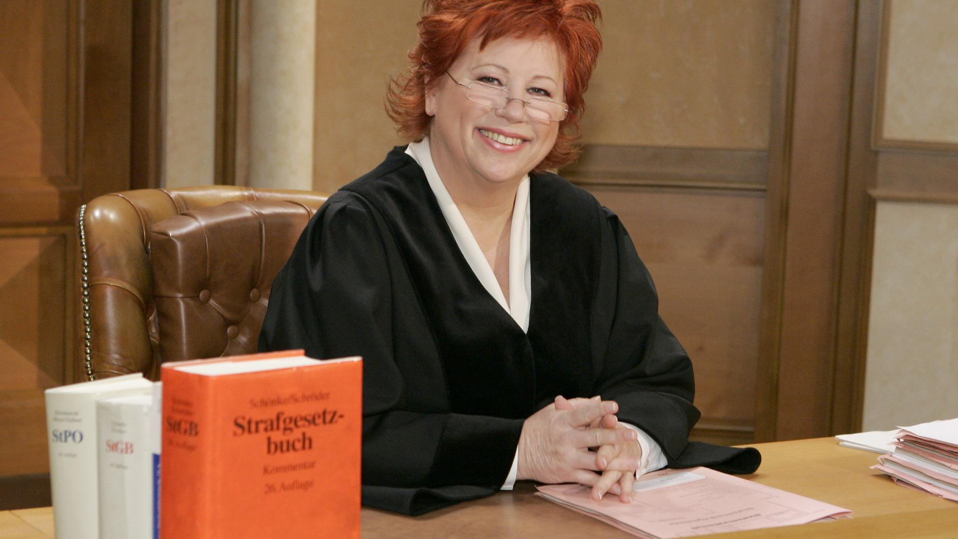Barbara Salesch am Richtertisch im Gerichtssaal