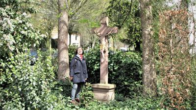 Fragestellerin Marlies Homeyer am Kreuz der früheren St. Antoniuskapelle am damaligen Anfang des Kapellenweges.