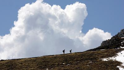 Wanderer gehen am Montag (21.05.2007) oberhalb der Bergstation der Karwendelbahn bei Mittenwald (Oberbayern) auf 2244 Metern Höhe zum Gipfel. Der Tag begann in Bayern recht sonnig und meist trocken, tagsüber bilden sich aber zunehmend Quellwolken und daraus einige Regenschauer, am Nachmittag auch einzelne Gewitter. Foto: Matthias Schrader dpa/lby +++ dpa-Bildfunk +++