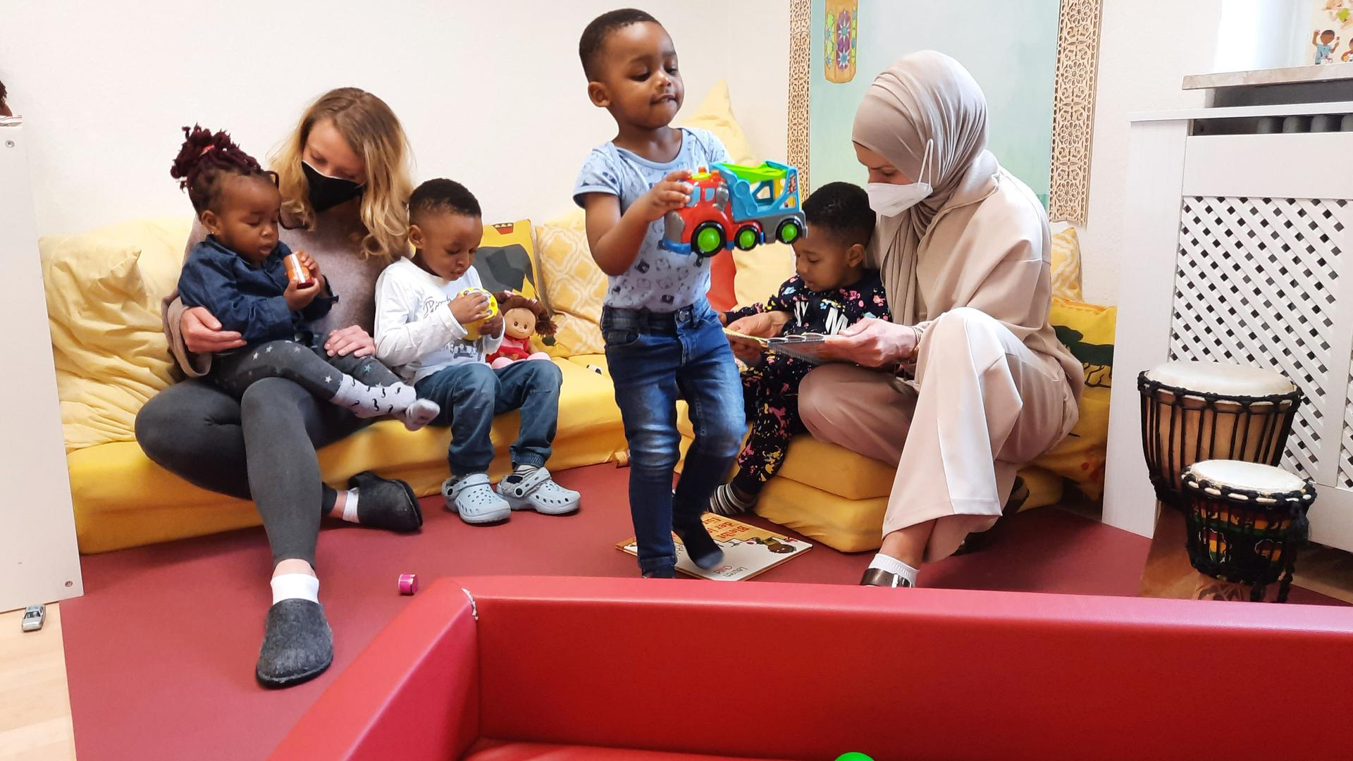 Vier Kinder und zwei  Frauen