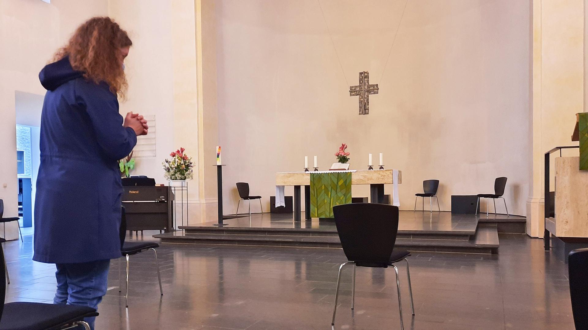 Betende am Vortag des Buß- und Bettags: Die Bestuhlung in der Ettlinger Johanneskirche ist ganz corona-gerecht auf große Abstände ausgerichtet.