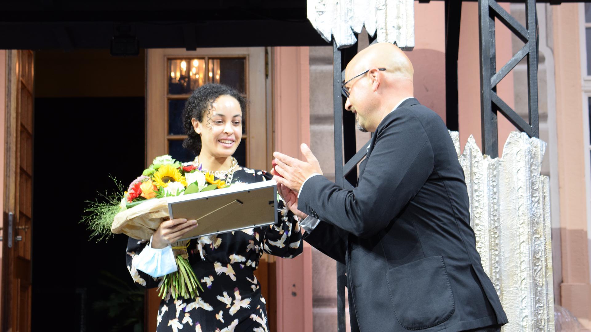 Auszeichnung: Oberbürgermeister Johannes Arnold überreicht den Kurt-Müller-Graf-Preis auf der Schlosshof-Bühne an Schauspielerin Ivy Lißack.