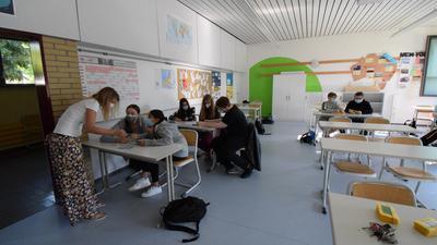 Blick in eine Klassenzimmer mit Schülern