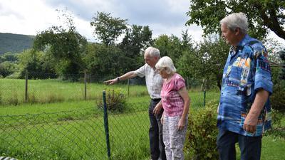 Bernd Rau und das Ehepaar Hansi und Roland Weiler schauen sich die Wiese an, die 2013 überflutet wurde.