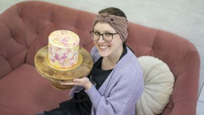 Vanessa Dettenberg hält einen kunstvoll verzierten Kuchen.