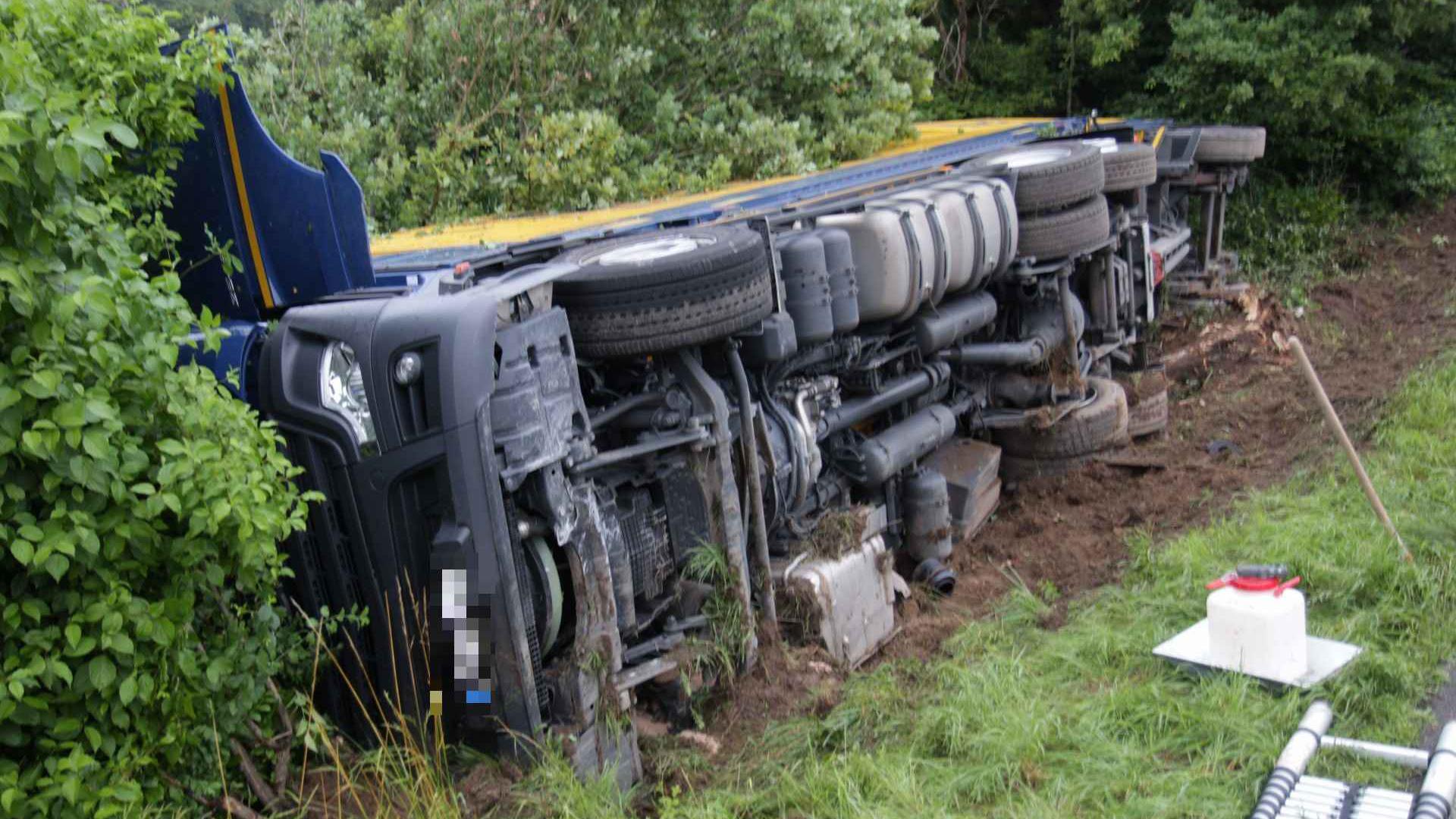 Der Lkw kippte zur Seite und landete im Straßengraben.
