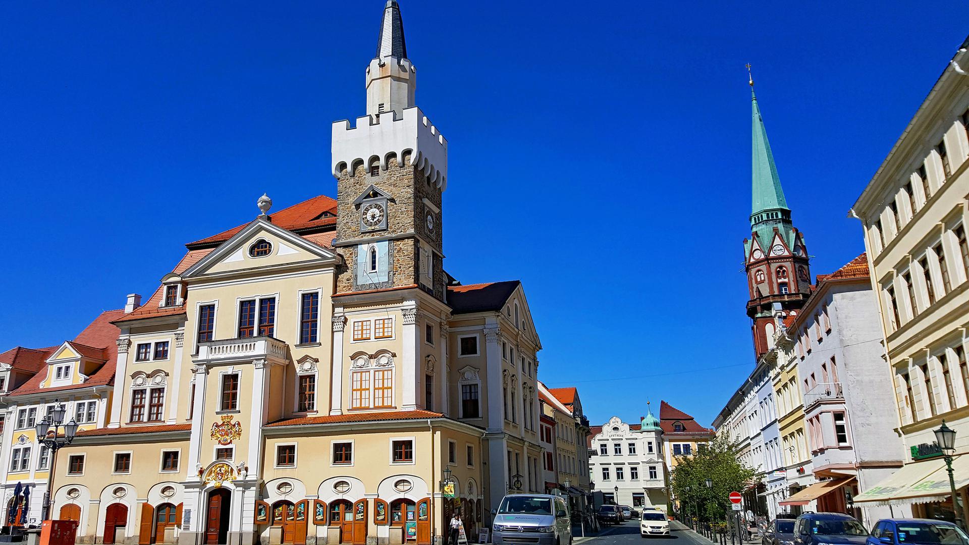 Schön saniert: Die Löbauer Innenstadt. Links das Rathaus am Altmarkt mit Nicolaistraße und Nicolaikirche (rechts)