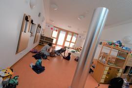 Eine mobile Luftfilteranlage steht in einem Raum des Regenbogen-Kindergartens in Ettlingen