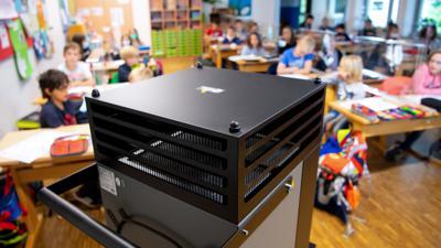 Ein Luftfilter steht in einem Klassenraum an der Grundschule Neubiberg. +++ dpa-Bildfunk +++