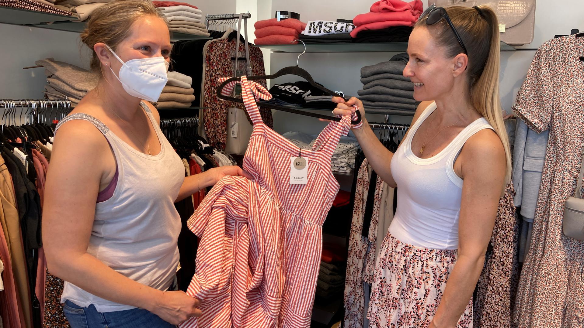 Kleider für Feste sind wieder gefragt: Nadine Eisele (von rechts) berät in ihrem Lykke Concept Store in der Leopoldstraße Kundin Nadine Butzengeiger bei der Auswahl.