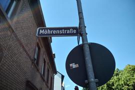 """Straßenschild der Mohrenstraße in Ettlingen. Zwei Punkte über dem """"O"""" machen die Straße zur """"Möhrenstraße""""."""