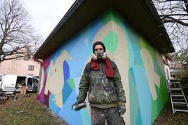In Aktion: Marco Billmaier vor einem Trafohäuschen der Stadtwerke an der Ecke Josef-Stöhrer-Weg/Ahornweg in Ettlingen West.
