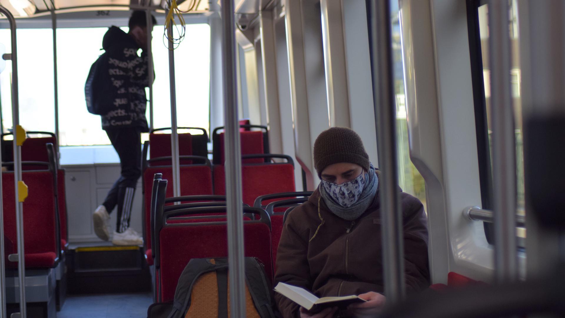 Auslaufmodell: Einfache Stoffmasken wie dieser junge Mann sie trägt, sind künftig nicht mehr in Bussen und Bahnen erlaubt.