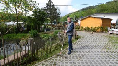 Michael Herfurth, der Betreiber des Campingplatz Albtal in Waldbronn-Neurod, steht vor dem Teich in seiner Anlage.