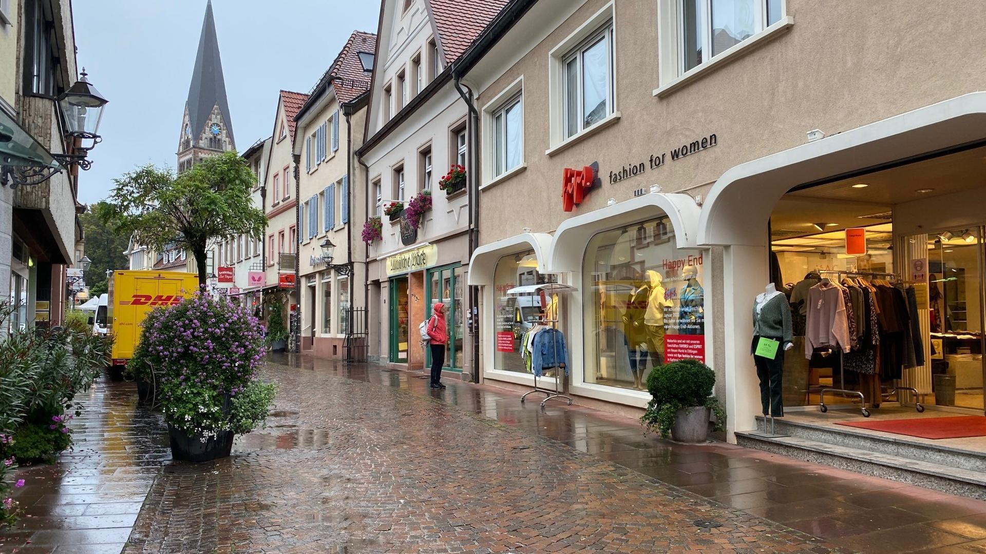 """Traditionshaus in der Kronenstraße: Das Modegeschäft """"Fips"""", seit 1993 dort ansässig, schließt Ende Januar 2022. Die Betreiber wollen ihre Kräfte am Neuen Markt  in Ettlingen bündeln."""